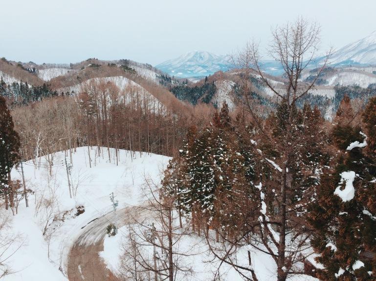 Con đường lấm lem vệt tuyết ở Madarao