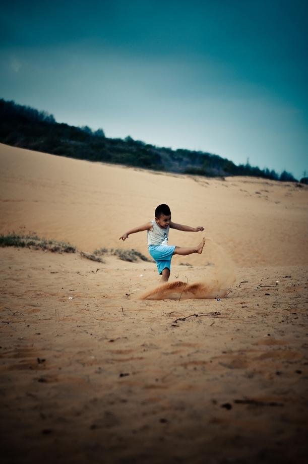 Cú đá cát của một cậu bé